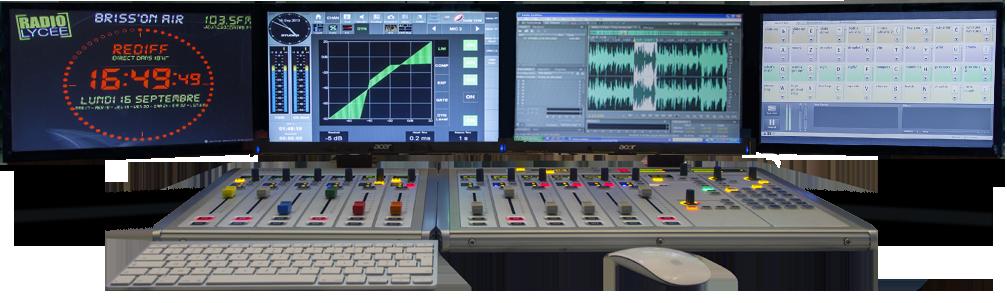 Photo de la console de mixage avec les écrans